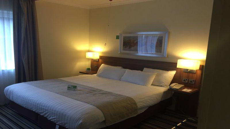 Holiday Inn Glasgow East Kilbride accessible bedroom